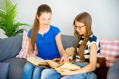 2 книги чтения девушок Стоковое фото RF