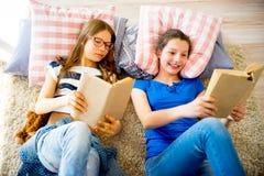 2 книги чтения девушок Стоковые Фото