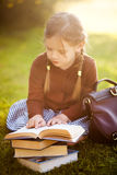 Книги чтения девушки Preschool Маленькая концепция гения Стоковые Фото