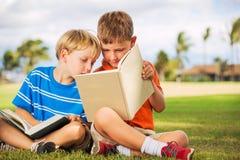 Книги чтения детей Стоковое Изображение RF