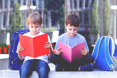 Книги чтения детей Outdoors Стоковая Фотография RF
