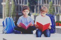 Книги чтения детей Outdoors Стоковое Изображение