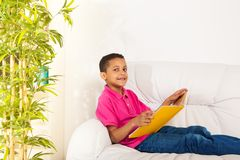 Книги чтения на кресле Стоковая Фотография RF