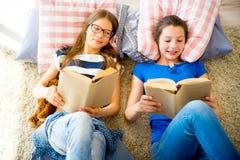 2 книги чтения сестер Стоковые Изображения RF