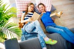 2 книги чтения сестер Стоковые Изображения