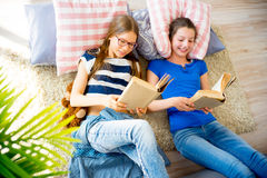 2 книги чтения сестер Стоковое фото RF
