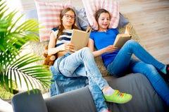 2 книги чтения сестер Стоковое Изображение