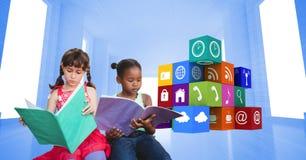 Книги чтения школьниц значками apps Стоковые Фотографии RF