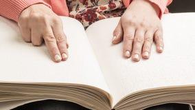 Книги Шрифт Брайля Касание ваших кончиков пальца текстура p Стоковая Фотография RF