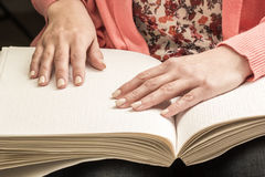 Книги Шрифт Брайля Касание ваших кончиков пальца текстура p Стоковое Изображение RF