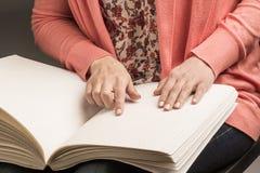Книги Шрифт Брайля Касание ваших кончиков пальца текстура p Стоковые Изображения