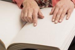 Книги Шрифт Брайля Касание ваших кончиков пальца текстура p Стоковое фото RF