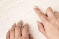 Книги Шрифт Брайля Касание ваших кончиков пальца текстура p Стоковая Фотография