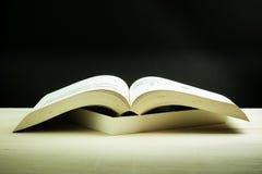 Книги штабелированные на деревянном столе Стоковые Фото