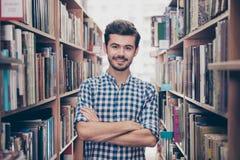 Книгоед студента жизнерадостного ухищренного молодого привлекательного брюнет бородатый Стоковые Фото