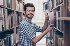 Книгоед студента жизнерадостного ухищренного молодого привлекательного брюнет бородатый Стоковые Изображения RF