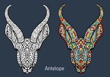 Книжка-раскраска для взрослых голова антилопы с нарисованными вручную картинами Голова антилопы украшена с орнаментом Рука стоковое фото rf