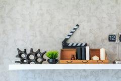 Книжная полка украшает живущую комнату на белой стене Стоковое фото RF