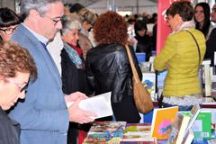 Книжная ярмарка в ` Librixia ` Брешии untranslatable Bookstores большие и малый дисплей их самые лучшие книги стоковые изображения rf