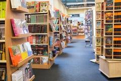 Книжные полки библиотеки с различными книгами Стоковые Изображения RF