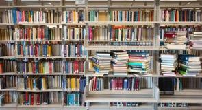 Книжные полки библиотеки Стоковая Фотография