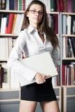 книжные полки ближайше стоят женщины молодые Стоковое Изображение RF