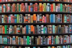 Книжные полки в языках библиотеки различных Стоковое Изображение RF