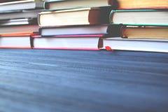 Книжные полки Жизнь университета Предпосылка знания изучение Стоковые Изображения RF