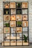 Книжные полки кирпичной стены домашние с лампой Interiror в стиле просторной квартиры Стоковое Изображение