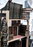 Книжные полки с старыми книгами в стойле в дороге Portobello Стоковое Изображение RF