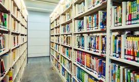 Книжные полки библиотеки с книгами Стоковые Фотографии RF