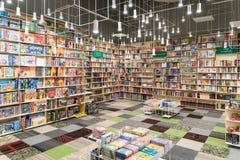Книжные полки в библиотеке с много книг International для продажи Стоковые Изображения