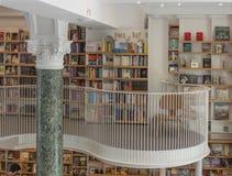 Книжные полки в Bookstore Carturesti Стоковые Изображения RF