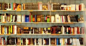 Книжные полки и книги Стоковое Фото