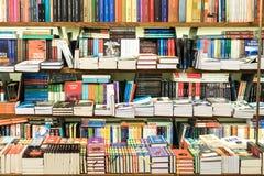 Книжные полки с книгами в библиотеке Стоковые Изображения