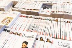 Книжные полки с книгами в библиотеке Стоковые Фотографии RF