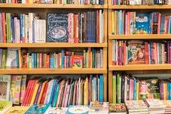 Книжные полки с книгами в библиотеке Стоковое Фото