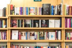 Книжные полки с книгами в библиотеке Стоковое Изображение