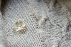 Кнопка & белая деталь сплетенного свитера knit ремесленничества Стоковые Изображения RF