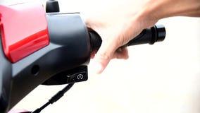 Кнопка двигателя начала нажима человека акции видеоматериалы