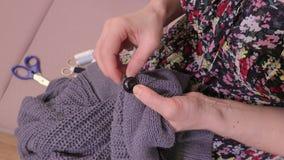 Кнопка женщины шить на шлямбуре акции видеоматериалы