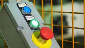 Кнопка конца-вверх, начала или стопа красная для промышленной машины, аварийной остановки для концепции безопасности Красный пере акции видеоматериалы