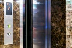 Кнопка лифта вверх и вниз направления Экран с номером пола Директория драйва лифта Селективное focuse стоковое изображение