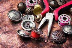 Кнопка металла шить Стоковые Фотографии RF