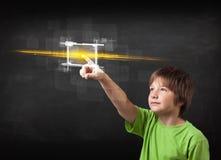 Кнопка молодого мальчика техника касающая с концепцией световых лучей оранжевого света Стоковые Изображения