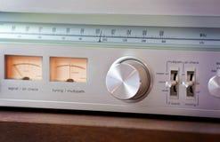 Кнопка настройки металла винтажного тюнера радио сияющая стоковые фото