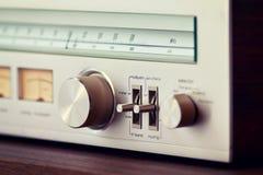 Кнопка настройки металла винтажного тюнера радио сияющая стоковое фото rf
