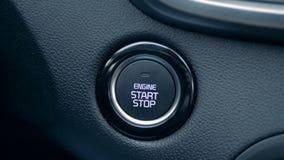 Кнопка начала двигателя получает нажатой водителем видеоматериал