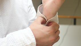 Кнопка носки человека на белом рукаве рубашки видеоматериал