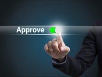 Кнопка отжимать руки бизнесмена одобряет знак на виртуальном экране стоковая фотография